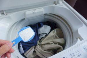 洗濯機に洗剤を入れる